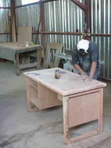 Curando un mueble antes de ser acabado