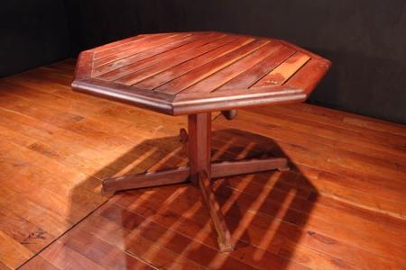 mesa octagoal con reglillas y pata de gallo