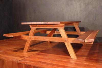 mesa de picnic con bancas integradas