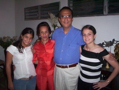 Familia Morales Callejas: De izquierda a derecha Ana Lucía Morales callejas, doña Marisol Callejas Maltéz, don Lolo Morales González y María Carolina Morales Callejas