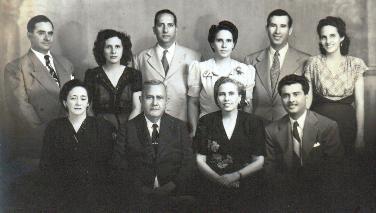 Familia de don Ramón Morales Robleto, Managua 1940. Sentados Julia, Don Ramón, Ernestina y Lolo. Parados de izquierda a derecha, Mariano, Amanda, Gilberto, Lola, Ramón y Celia